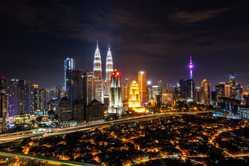 Papiers peints Kuala Lumpur kUALA LUMPUR, MALAYSIA - AUGUST 31, 2018: Building at center of metropolis at Kuala Lumpur.