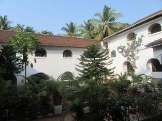 Katholische Kirche und Friedhof von Colva / Goa in Südindien