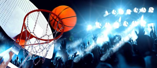 Estores personalizados con tu foto Deportes y entretenimiento. Baloncesto y deportes de equipo.Canasta  y pelota iluminados por los focos. Partido y evento deportivo. Público y multitud aplaudiendo el partido de baloncesto.