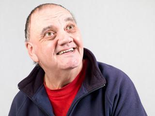 portrait homme âgé avec grand sourire isolé sur fond gris
