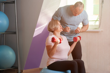 Coach shows his client woman how to work out