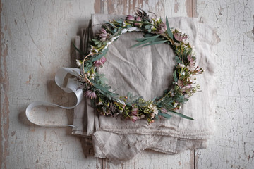 Filigraner Blumenkranz auf Tisch