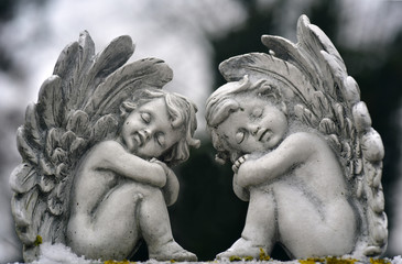 engelfiguren im winter sitzend