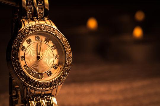 Woman Shiny gold diamond watch.