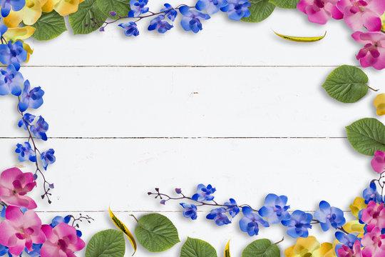 Blumenrahmen auf Holzhintergrund