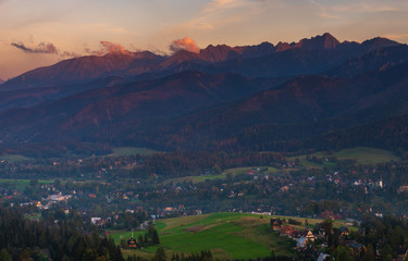 Fotomurales - Tatra Mountains and resort Zakopane in the rays of the setting sun