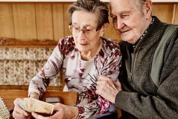 Seniorenopaar zählt vertraut das gemeinsame Geld