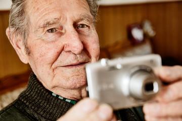 Senior fotografiert mit einer Kamera