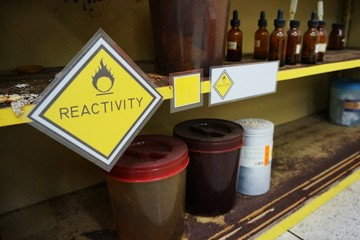Yellow Warning Reactivity hazardous dangerous chemical label of oxidizing agent oxidant, oxidizer (substance that has the ability to oxidize other substances)  and effect of container were oxidized. Wall mural