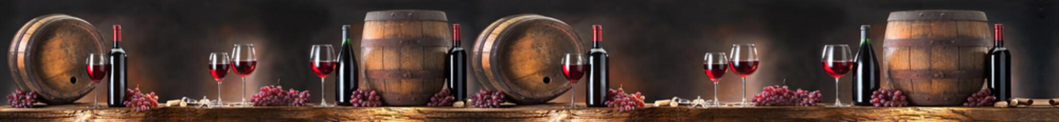 Kieliszki i  beczki z winem