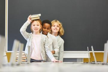 Drei Kinder albern herum in der Schule