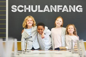 Gruppe Schüler vor Tafel beim Schulanfang