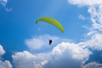Foto auf Acrylglas Luftsport Two people are flying on a paraglider in the sky