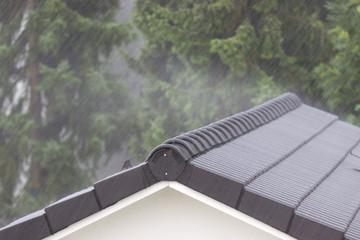 Solides Hausdach bei Sturm und Regen