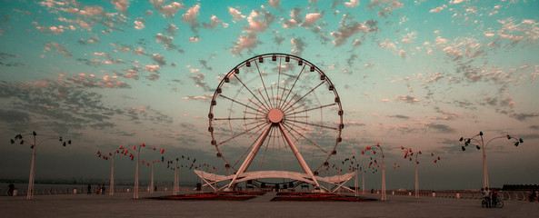 Foto auf AluDibond Vergnugungspark Seafront boulevard and round wheel