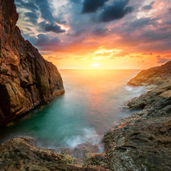 Foto op Plexiglas Lavendel Beautiful sea landscape. Sunset sky above rolling ocean waves.