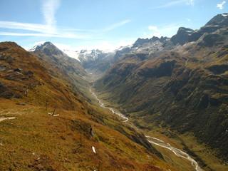 Foto auf Gartenposter Gebirge Ausblich über Tal mit Fluss und Berge im Hintergrund
