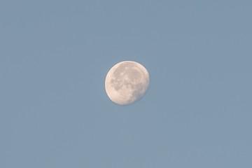 Nahaufnahme des Mondes bei Tageslicht, Deutschland