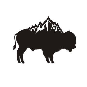 Силуэт бизона и гор