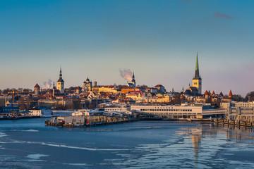 Fototapete - Tallinn on a frosty winter morning