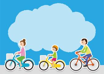 前を向いて自転車に乗る、父母と子ども