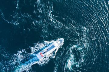 白波を立てながらボートは真直ぐに進んでいる