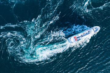 流れの荒い海を一隻のボートが進んでいる