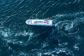 大きなボートと波打つ海の景色