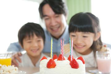 誕生日ケーキと家族3人