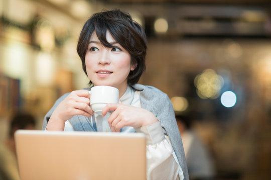 カフェで仕事をするビジネスウーマン