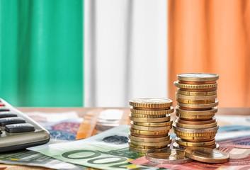 Fotomurales - Geldscheine und Münzen vor der Nationalflagge Irlands