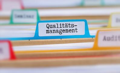 Akten mit der Beschriftung Qualitätsmanagement