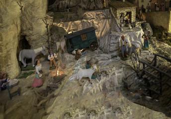 Le monde d'Esméralda en santon de provence dans une crèche de noël