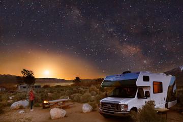 Poster Central America Country Campen mit dem Wohnmobil unter Sternenhimmel, Milchstraße und Mond in den Alabama Hills am Fuße der Sierra Nevada bei Lone Pine