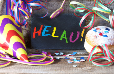 """Fasching, Karneval, Fastnacht, Tafel mit Schrift """"Helau!"""", Luftschlangen, Faschingsdekoration"""