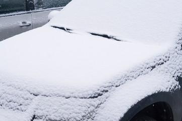 Зима. Замерзшее лобовое стекло легкового автомобиля