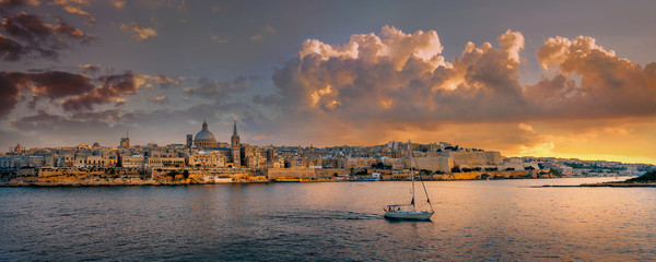 Photo sur Aluminium Marron chocolat Waterfront of Valletta at sunset sunlight. Malta