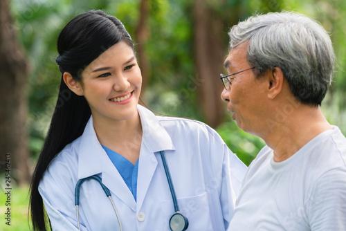 Resultado de imagen para doctor taking care