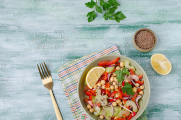 Raw vegetable salad with chickpeas