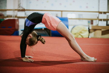 Foto auf Acrylglas Gymnastik Young gymnast doing a bridge pose