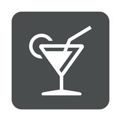 Icono plano silueta de copa de cocktail en cuadrado gris