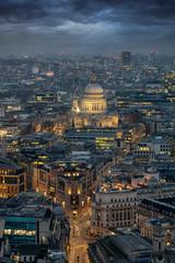 Blick über die beleuchtete Skyline von London am Abend auf die St. Pauls Kathedrale