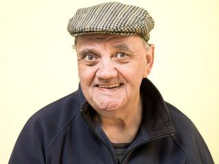 homme âgé souriant de face isolé sur fond jaune