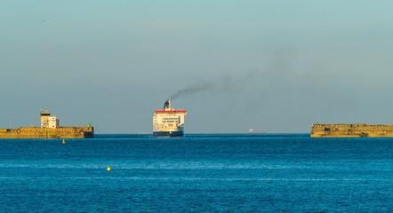 Fond de hotte en verre imprimé Port Panorama Ship comes into the Harbor of Dover Schiff fährt in den Hafen von Dover