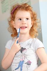 Mädchen mit Zahnbürste