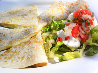 Photo sur Aluminium Snack Close-up of mexican quesadillas with cheese and salad.