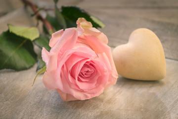 Einzelne Rose mit Herz, romantische Dekoration