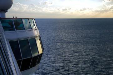 Kreuzfahrtschiff auf See bei Abenddämmerung