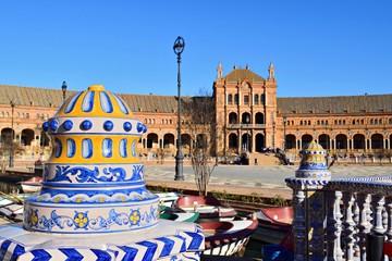 dettagli architettonici del palazzo in stile neo-moresco situato nella bellissima Piazza di Spagna nella città di Siviglia in Andalusia, Spagna