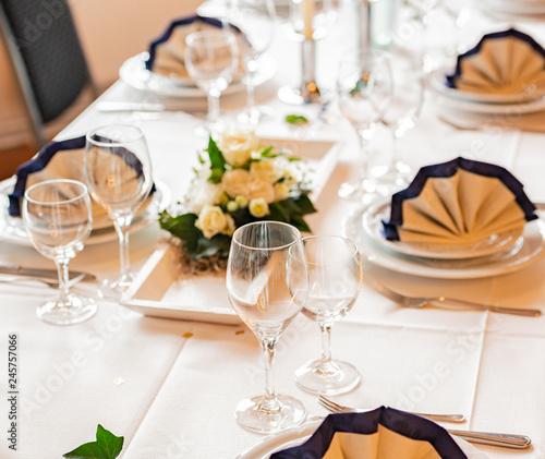 Tischdekoration In Einem Restaurant Fur Eine Hochzeit Stock Photo